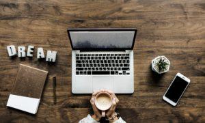 ordinateur avec mot dream et café